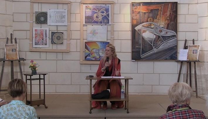 Conférence d'Anael Topenot devant ses œuvres